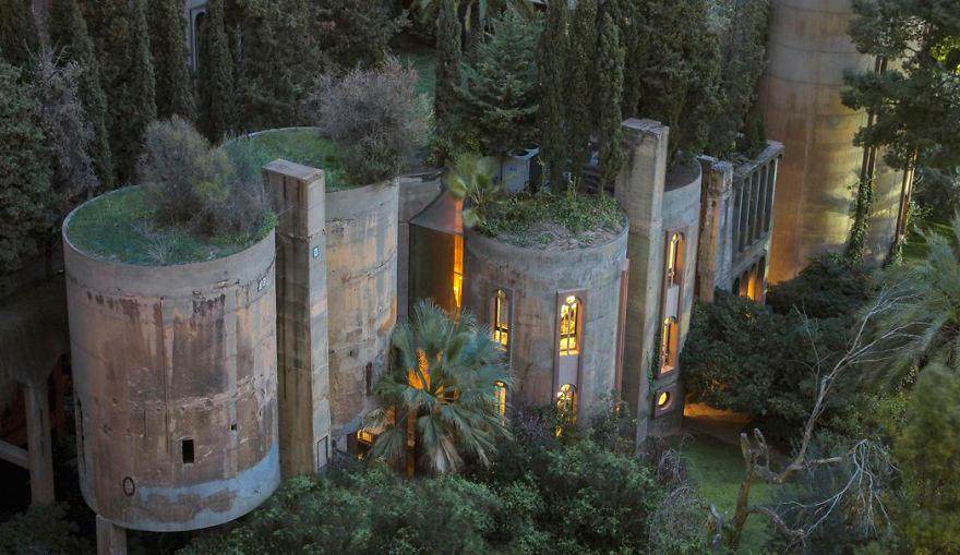 Архитектор превратил старый завод в настоящий замок