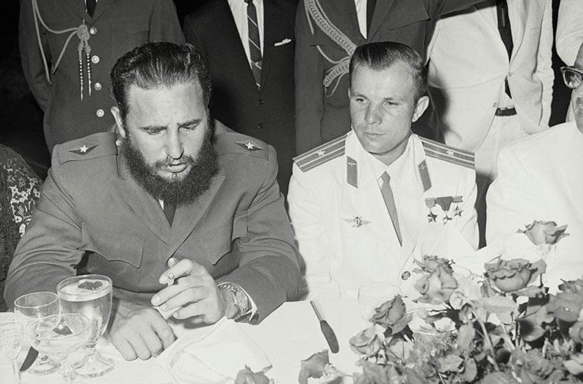 Юрий Гагарин и Фидель Кастро на приеме в советском посольстве День Космонавтики