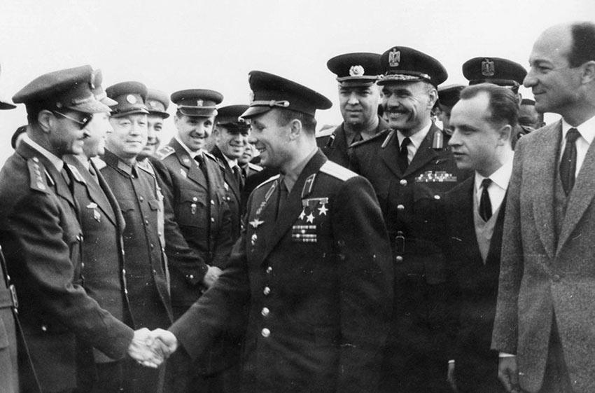 Юрий Гагарин и Закария Мохи Эд-дин первый вице-президент Египта, авиабаза Каира. День Космонавтики