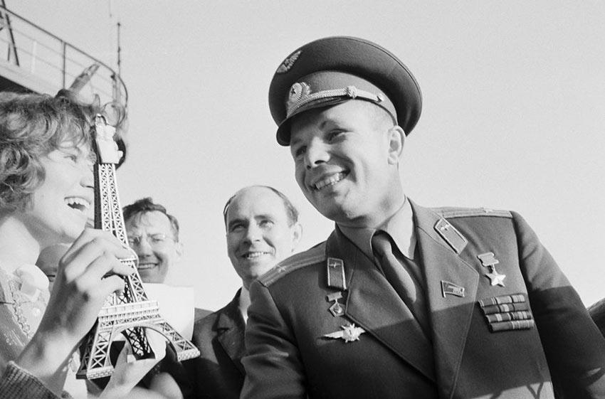 «Добро пожаловать, Юрий Гагарин!» — таким плакатом встречали первого космонавта планеты в Париже