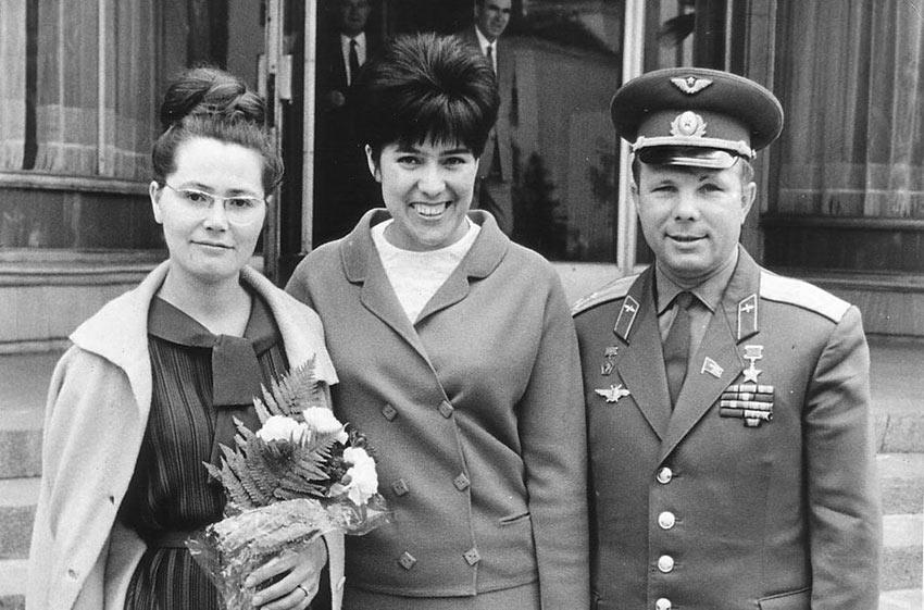 Валентина и Юрий Гагарины с Симой Эйвазовой, в Болгарии в 1966 году