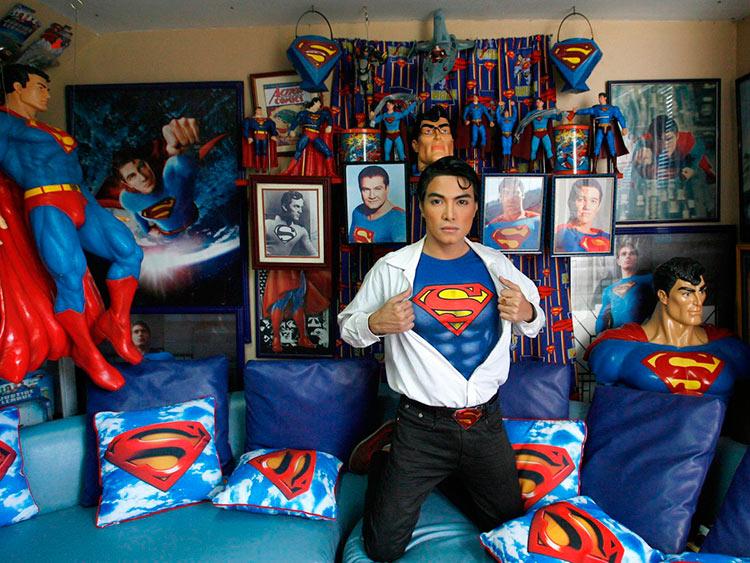 Удивительные коллекционеры Герберт Чавес в образе Кларка Кента сериала «Тайны Смолвиля» — адаптированной для версии комиксов о Супермене