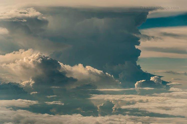 Над крылом самолёта – бури, грозы и облака в снимках пилота Сантьяго Лопеса