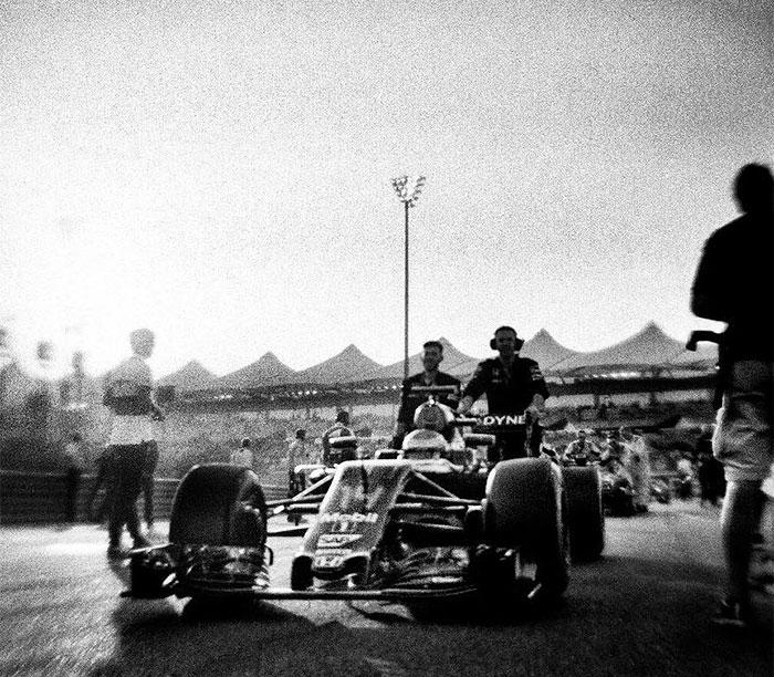 фотограф Джошуа Пол снимает «Формулу-1» на фотокамеру, выпущенную в 1913 году