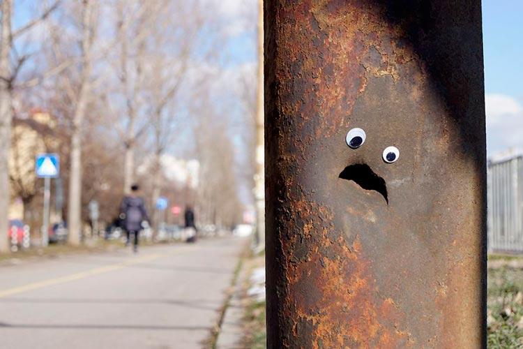 Кто-то в Болгарии ставит Гугли глаза на разбитые уличные объекты