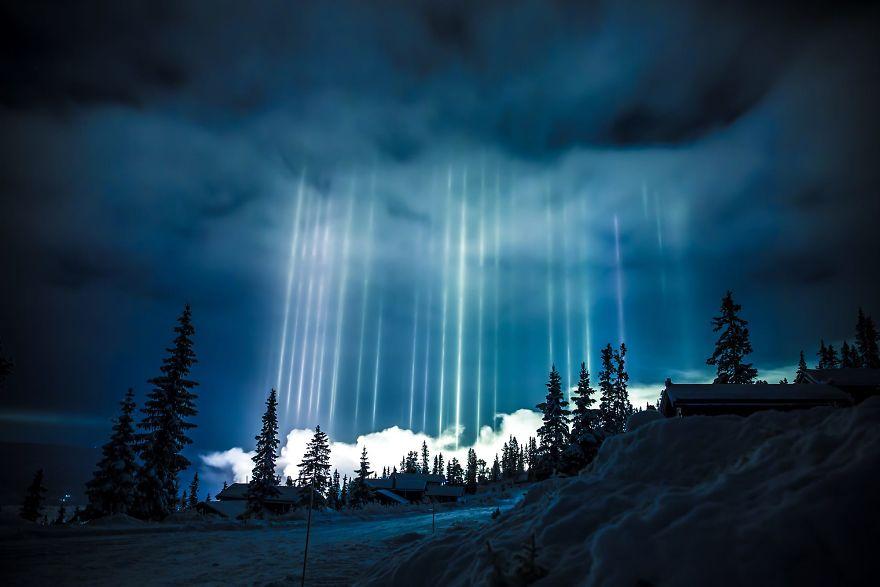 Столбы света в ночном небе над Несбьеном, Норвегия
