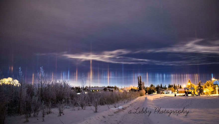 Столбы света в ночном небе над Аляской, США