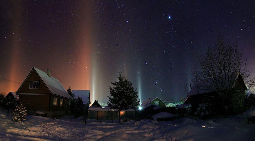 Столбы света в ночном небе Россия