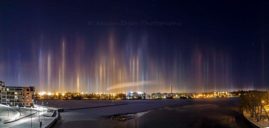 Столбы света в ночном небе Тампере, Финляндия
