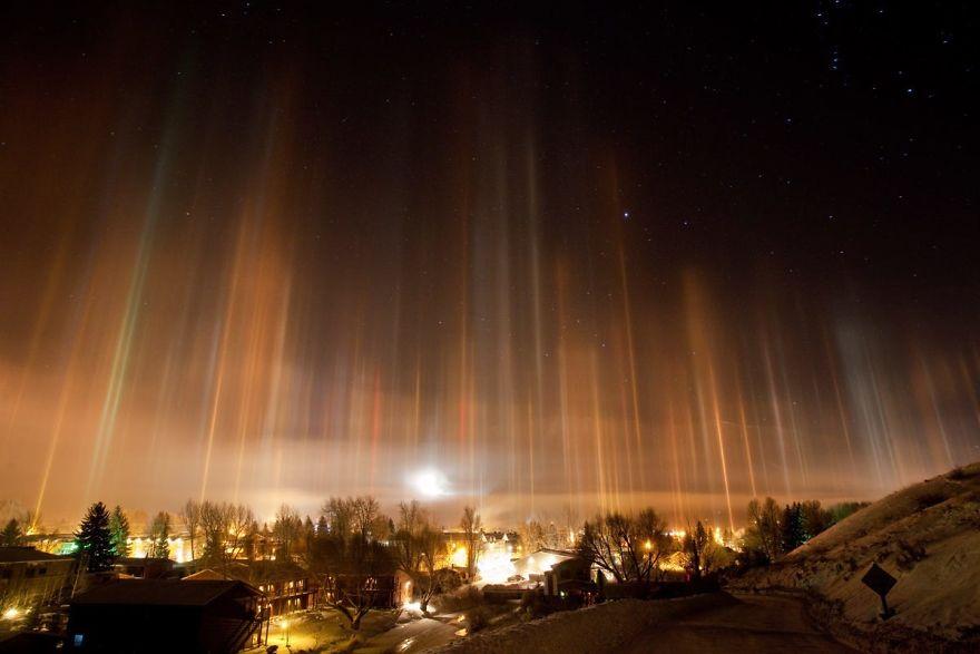 Столбы света в ночном небе Джексон, США