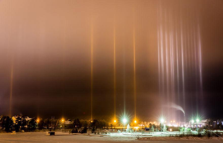 Столбы света в ночном небе Инари, Финляндия
