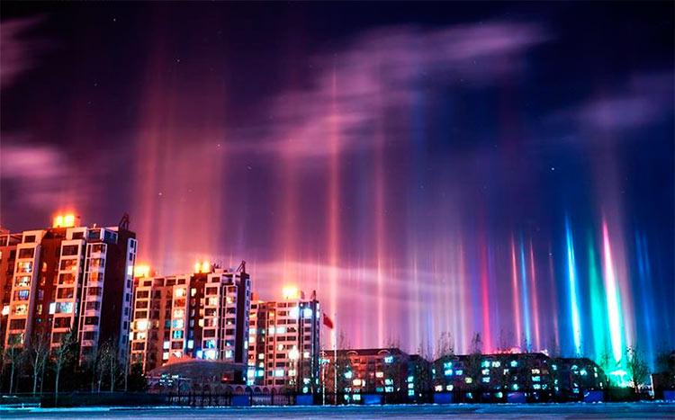 Столбы света в ночном небе Шилин-Хото, Китай