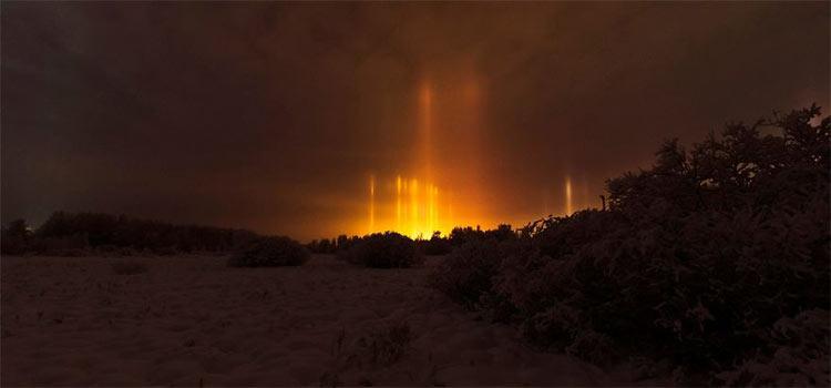 Столбы света в ночном небе Золотистые световые