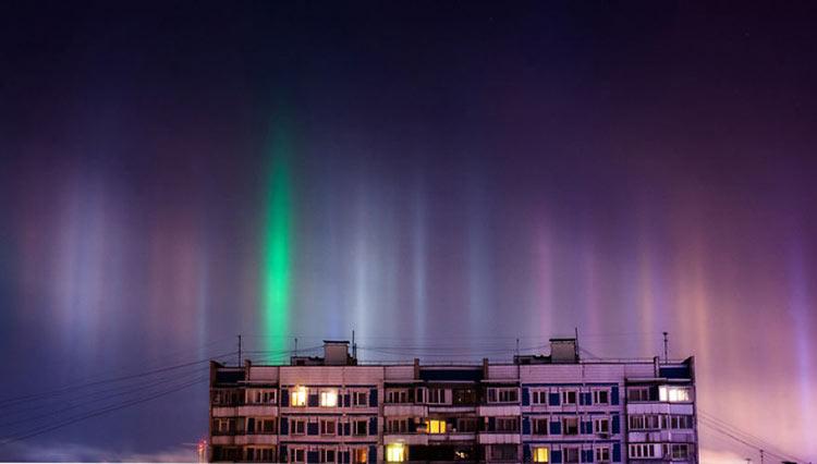 Столбы света в ночном небе над Москвой