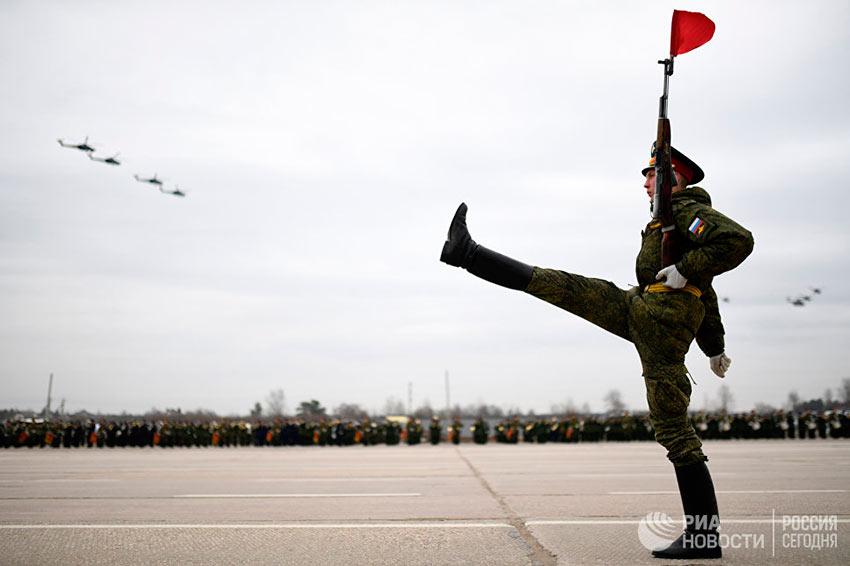 Лучшие фотографии апреля Совместная тренировка сводного парадного расчета, механизированной колонны и авиации Парада Победы