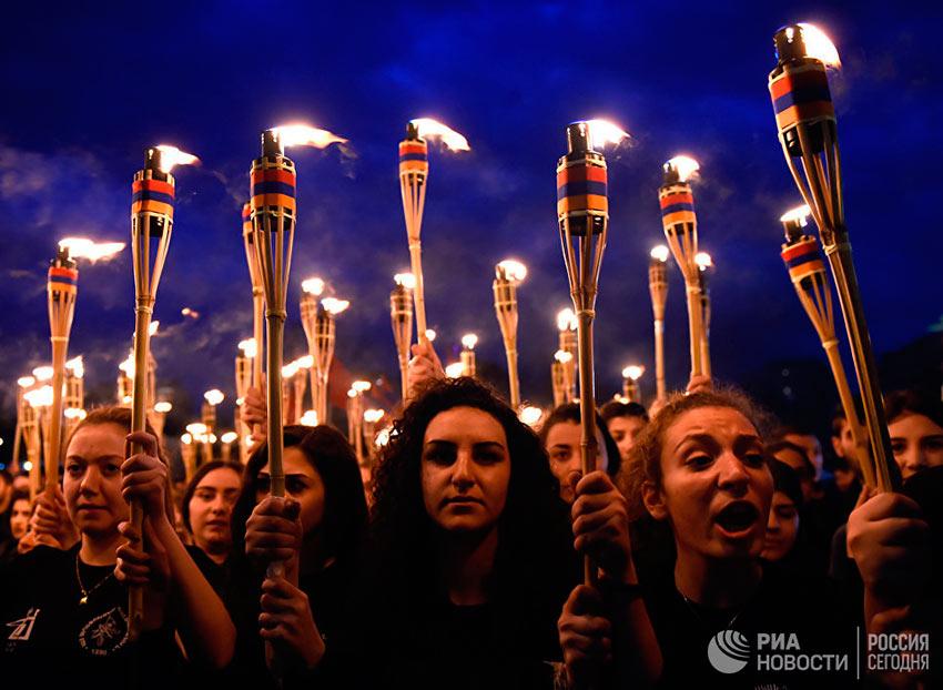 Лучшие фотографии апреля Участники факельного шествия, посвященного памяти жертв Геноцида армян в Османской империи, в Ереване