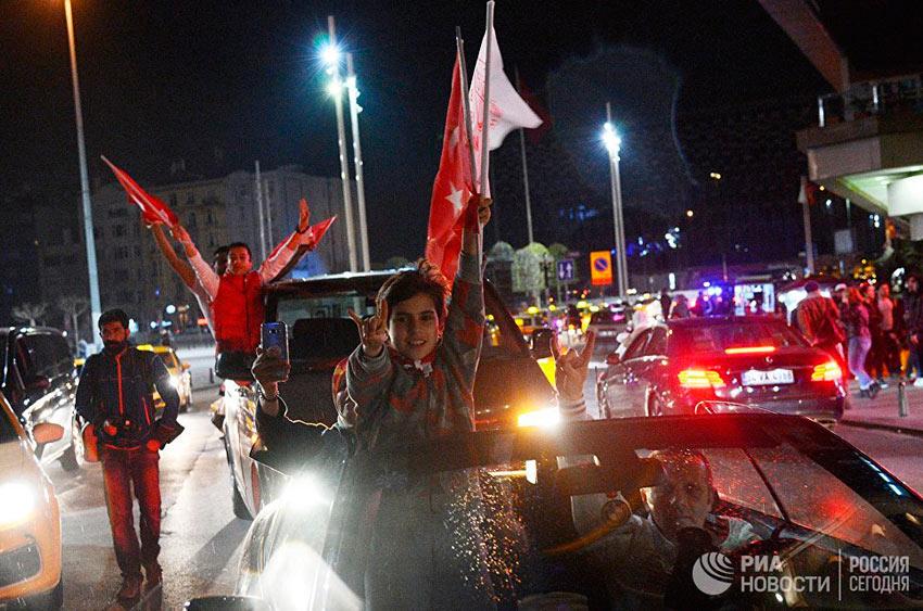 Лучшие фотографии апреля Сторонники президента Реджепа Тайипа Эрдогана радуются победе на конституционном референдуме в Турции