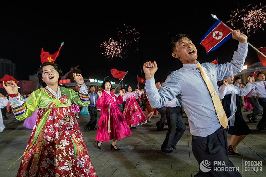 Лучшие фотографии апреля Празднование 105-й годовщины со дня рождения основателя северокорейского государства Ким Ир Сена в Пхеньяне