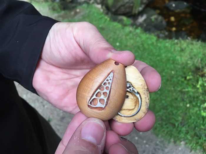 обручальное кольцо в кулоне