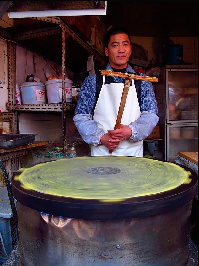 Продавцы уличной еды из разных уголков планеты торговец в Китае готовит уличный завтрак - джиан бинг (яичный блин)