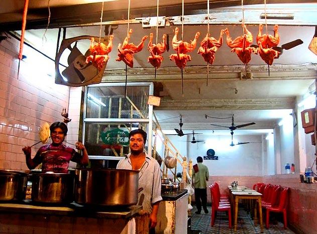 """Продавцы уличной еды из разных уголков планеты Продавец индийской курицы """"Тандури"""" в Джайпуре (Индия)."""