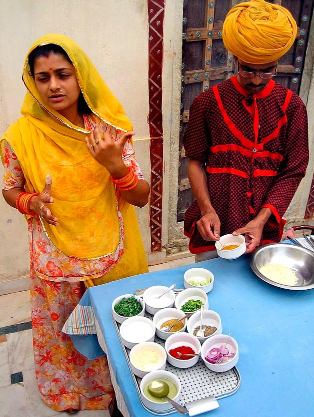 Продавцы уличной еды из разных уголков планеты преподаватели искусства кулинарии в Мадхогаре (Индия).