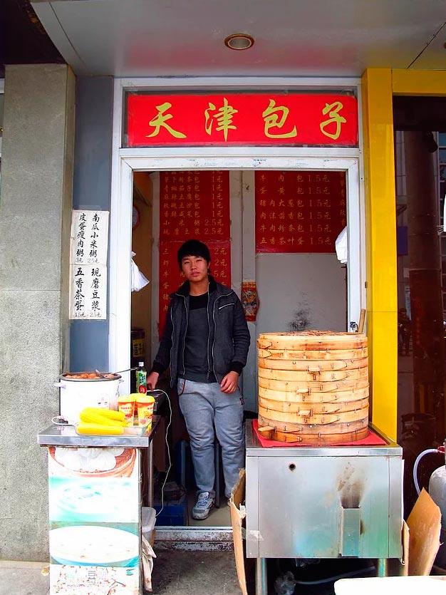 Продавцы уличной еды из разных уголков планеты продавец баоцзы (китайских пирожков на пару) в Пекине (Китай).