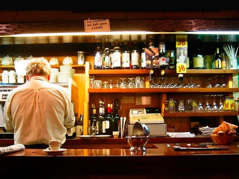 Продавцы уличной еды из разных уголков планеты бариста в парижской кофейне.