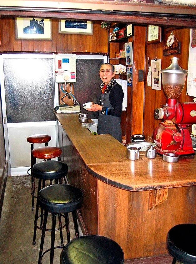 Продавцы уличной еды из разных уголков планеты крошечная кофейня в Токио Япония.