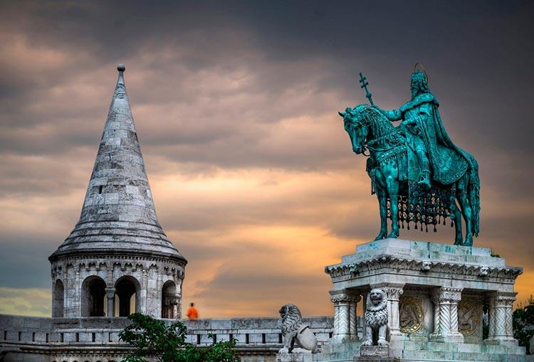 Замечательная Венгрия Памятник королю Иштвану Великому на площади перед Рыбацким бастионом Будапешт