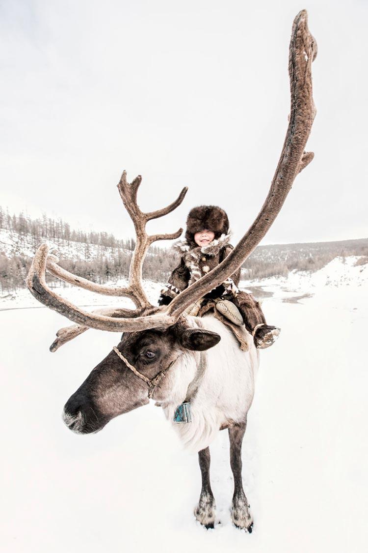 Коренные народы Сибири Эвенкийский мальчик на олене