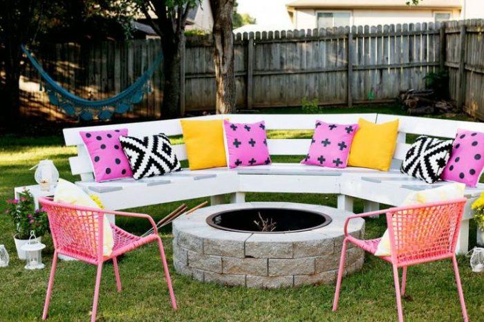 20 примеров самодельной деревянной садовой мебели Полукруглая лавочка возле очага
