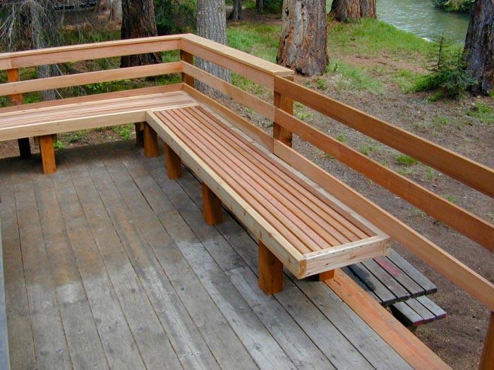 20 примеров самодельной деревянной садовой мебели Угловая лавочка из дерева
