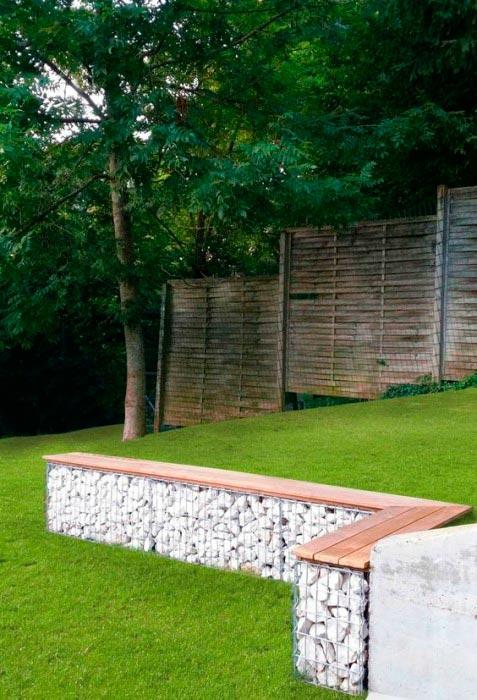 20 примеров самодельной садовой мебели Скамейка из дерева и габионов