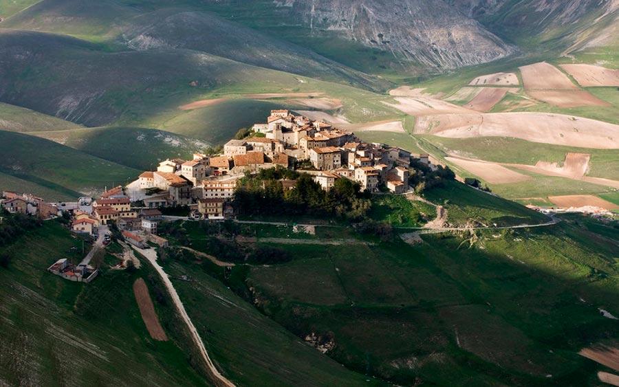 Европейские деревни: малоизвестные, но красивые Норча, Италия