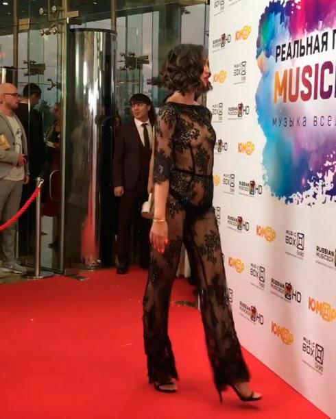 Ольга Бузова появилась в откровенном платье на премии Music Box