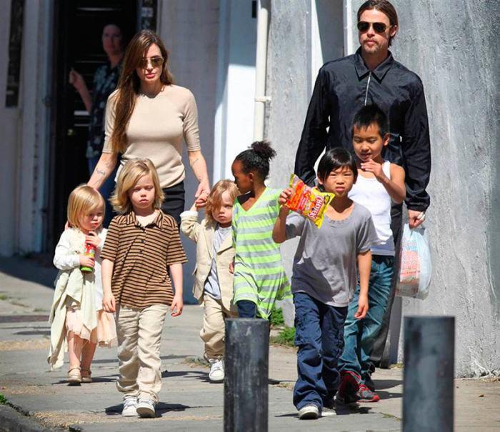 Звезды в обычной жизни Анджелина Джоли и Брэд Питт