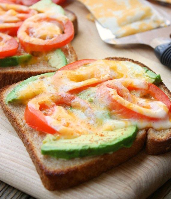 15 супер-идей для вашего завтрака Тост с авокадо, помидорами и сыром
