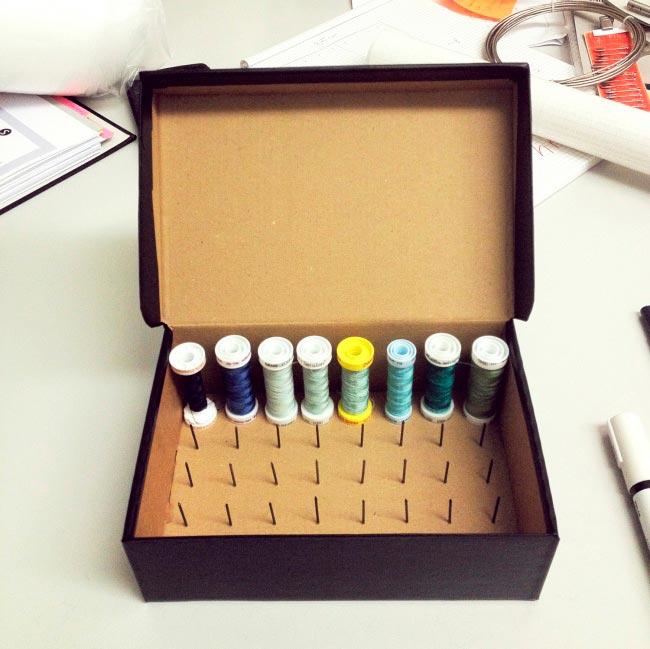 Лайфхаки из картонной коробки, которые сделают дом комфортнее Органайзер для ниток