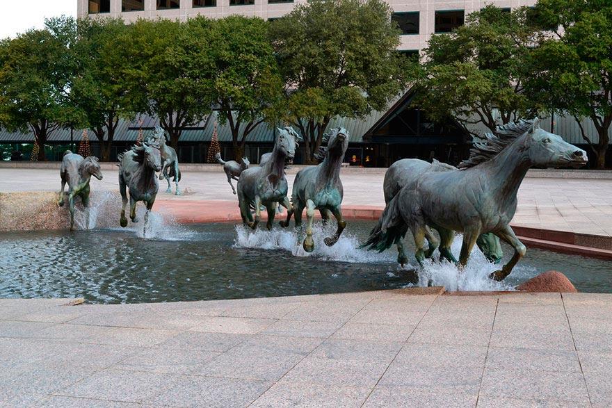 фонтаны мира Мустанги Лас-Колинаса Техас США Texas USA
