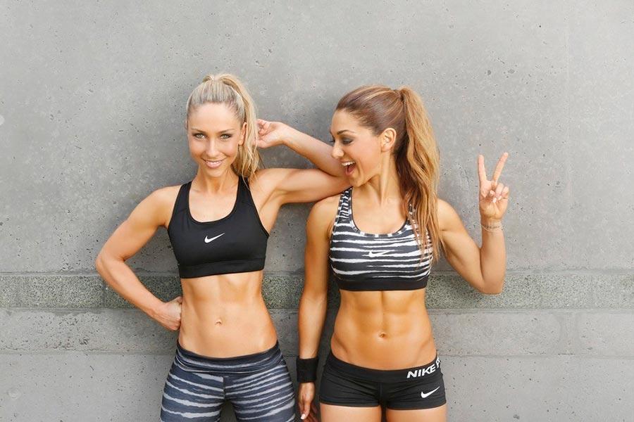 Девушки в спортивных топах