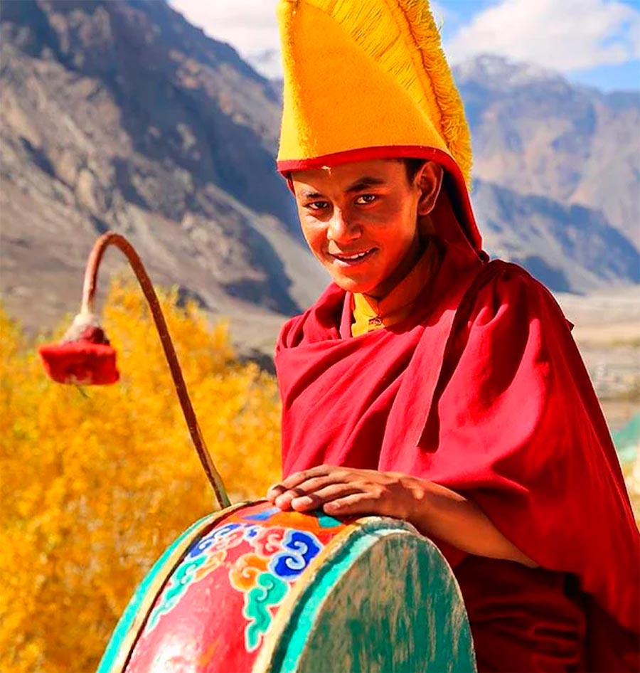 Народы культура традиции аутентичность буддийский монах монастырь Дискит Diskit