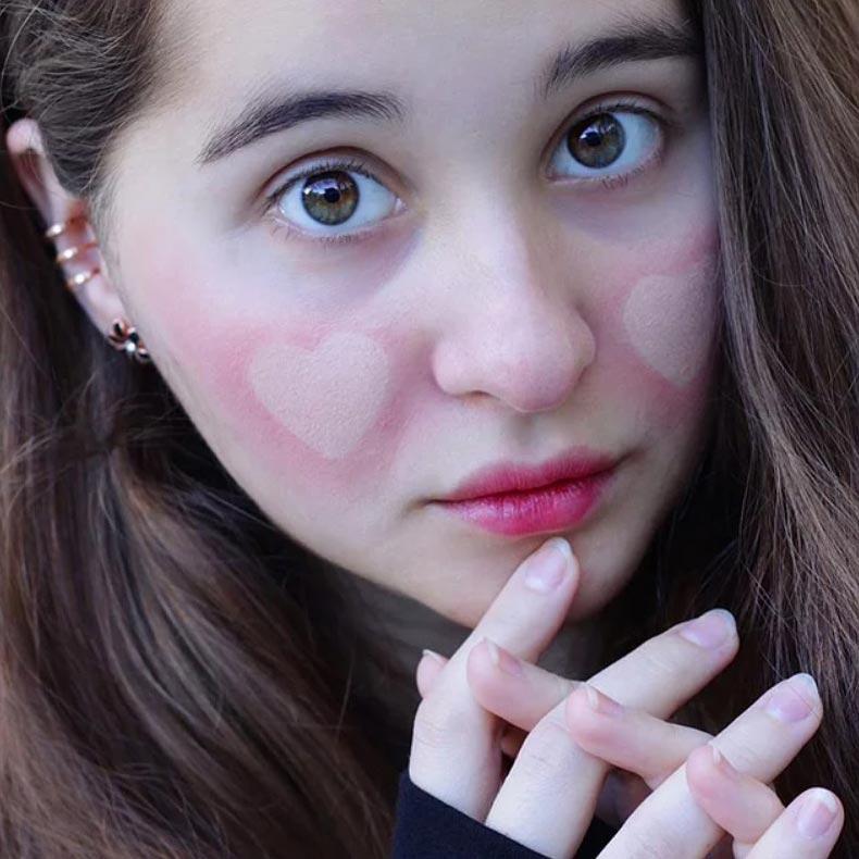 Тренд нового года - сердечки на лице с помощью румян