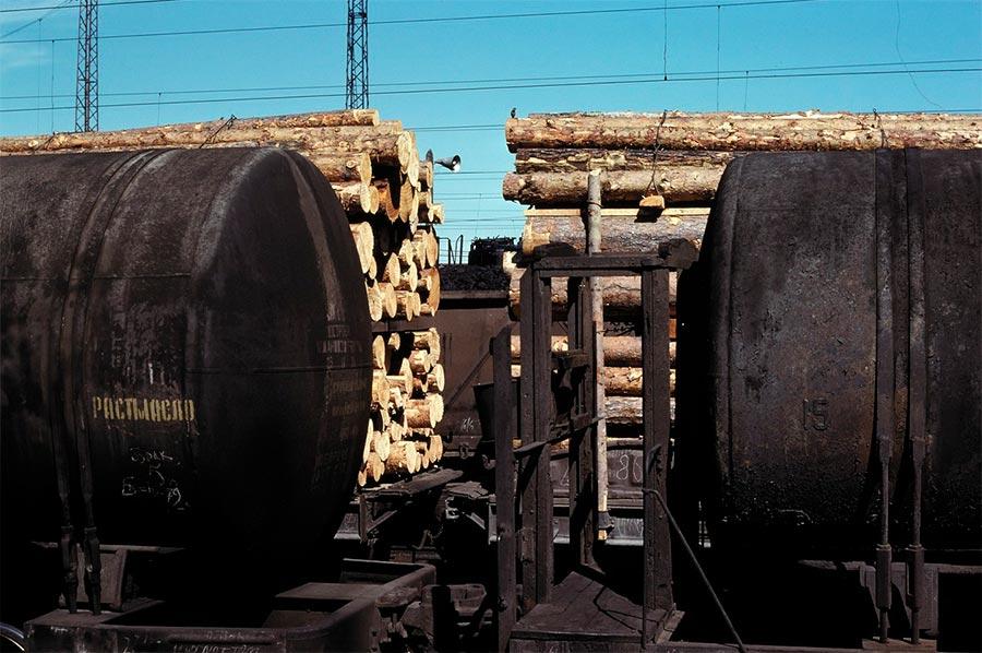 путешествие по Транссибу Мариинск платформы с древесиной и углем цистерны с маслом