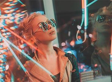 """Том Дьюх: """"Под электрическим небом"""", красивая портретная фотография в неоновых огнях"""