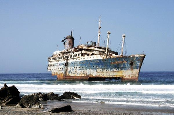 К берегам Калифорнии прибило странный корабль
