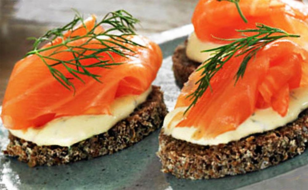правильные перекусы Зерновой хлебец с лососем