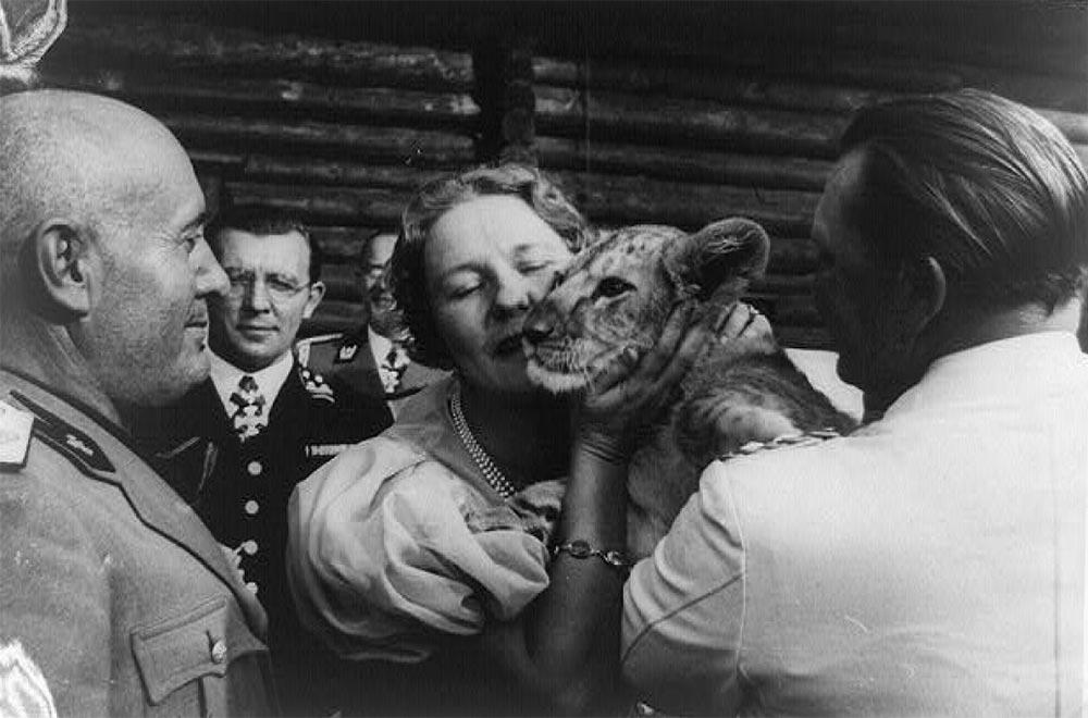 Экзотические питомцы Геринг и Эмми демонстрируют львенка Бенито Муссолини