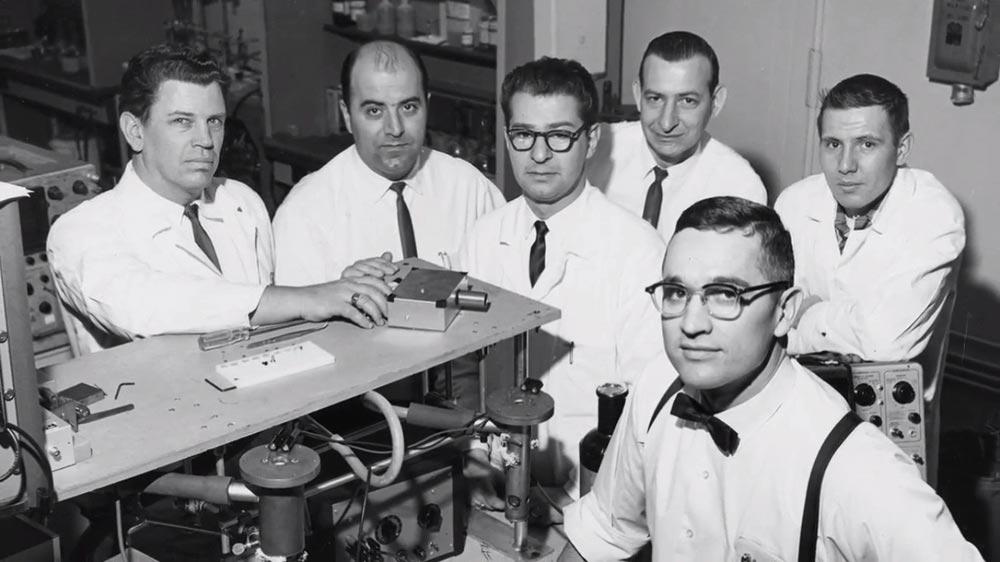 История создания лазера светодиодная технология Ник Холоньяк