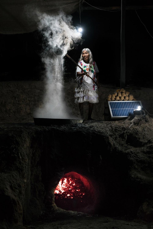 Шорт-лист фотоконкурса Фото земли Earth Photo 2018 Женщина готовит пилончилло Мексика Рубен Сальгадо Эскудеро